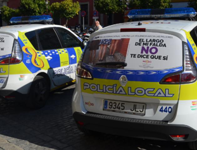 Vehículo de la policía con el cartel de la campaña